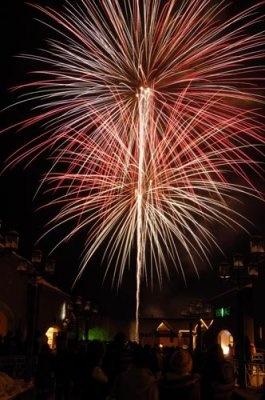 【キロロホワイトカウントダウン】約2010発の花火が次々と打ち上げられてキロロリゾートの夜空を染める