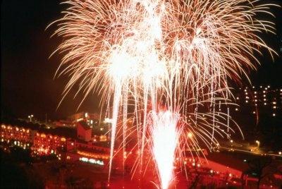 【花火大会in ルスツリゾート】花火とたいまつ滑走はクリスマスイブにも行われる。滑走は初級者も参加可能だ