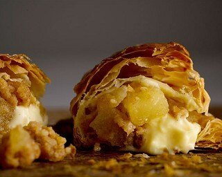 サクサクのパイとたっぷり入ったカスタードクリームが魅力「焼きたてカスタードアップルパイ」
