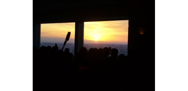 札幌の街並みを照らしていく初日の出の感動的な光景に歓声が上がる