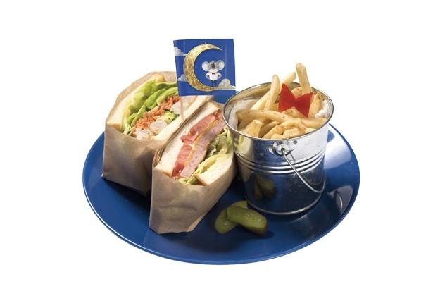 映画『SING/シング』とコラボした「THE GUEST cafe & diner」のメニュー「さぁ劇場へおいでよ! ムーン特製サンドイッチ」(1380円)