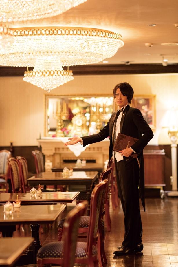 「執事喫茶 スワロウテイル」の執事・古谷さんが優雅にエスコートしてくれる