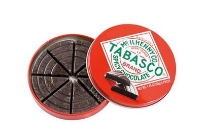 甘味だけでなく、辛味も楽しめるタバスコ スパイシーダークチョコレート(414円)