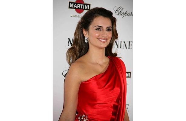 艶やかな赤いドレスのペネロペ・クルス