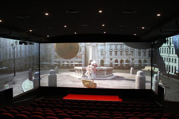 3つのスクリーンが連動して迫力の映像が映し出される