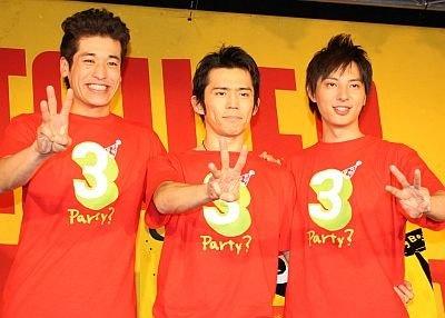 「ゆったりした年末年始をこのDVDと共に過ごしてください」とアピール。左から佐藤隆太さん、岡田義徳さん、塚本高史さん