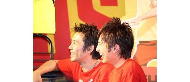 佐藤さんの歌を聴いて爆笑する2人