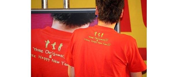 """Tシャツのバックには""""Three Christmas""""の文字"""
