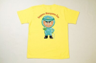 すでに発売中のTシャツ。黄色と赤色の2色で¥2000(S・M・L・LL/ジュニア用LL)。写真はバックプリントのみのタイプ