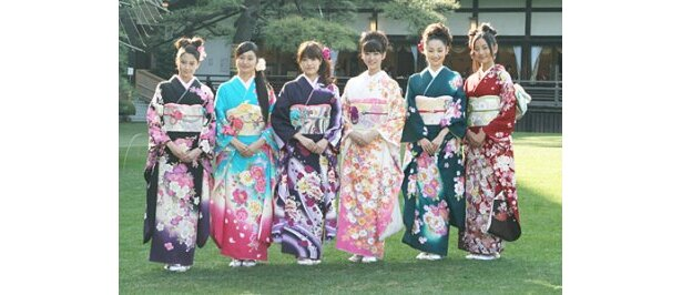 晴れ着姿を披露した河北麻友子、忽那汐里、福田沙紀、武井咲、林丹丹、工藤綾乃(写真左から)