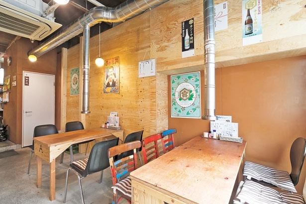 シンプルな扉を開けて入る1階は、テーブル席が2卓。奥に厨房がある/デンスケ 天満店