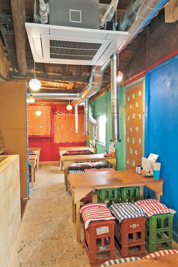 2階は、日本酒のケースを椅子にしていたり、店主が描いた壁画があるなど、さらに手作り感あふれる/デンスケ 天満店