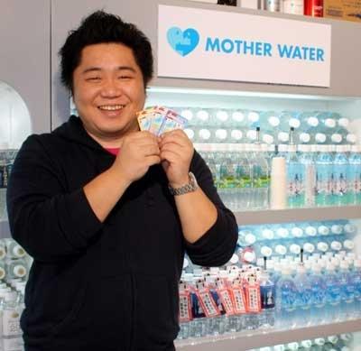 11/20にオープンした天然水の「マザーウォーター」(東京・東日暮里)では、11:00のサービススタート直後に押し寄せるように次々と来店し、結局初日だけで、400人が訪れたという