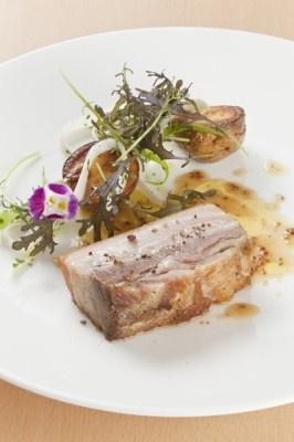 プライベートハウス アンスブルージュのメイン料理は、一ヶ月熟成したフランス産バスク豚の3時間ロースト