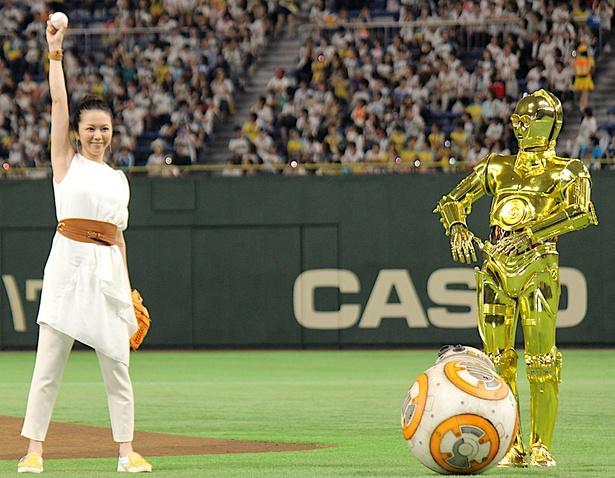 【写真を見る】レイ役声優・永宝千晶、右手を高く掲げてフォース注入!BB-8とC-3POが見守った