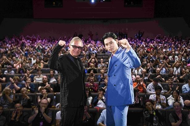 三池崇史監督とともにワールドプレミアの舞台を踏んだ山崎賢人