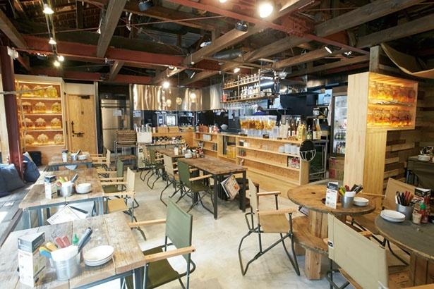 アウトドア用の椅子があり、流木やテントなどで山小屋の雰囲気を演出/ホテイヤロッヂ 梅田堂山店