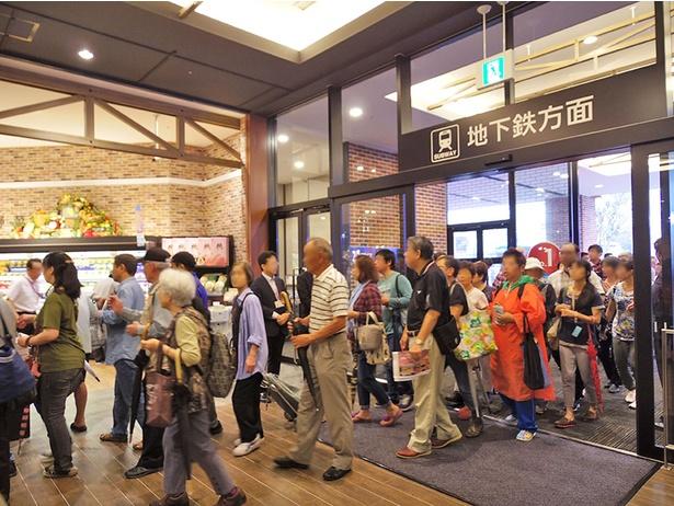 大勢の買い物客が開店前より並び待ち望んでいたオープン