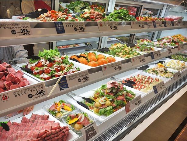 「REWARD KITCHEN(リワードキッチン)」では、約40種類の惣菜が並ぶ