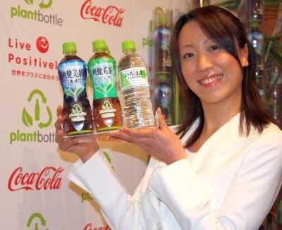 17日に帝国ホテルで開かれた記者会見にて。手にしているのが「プラントボトル」だ。この3ブランドから展開がスタートする