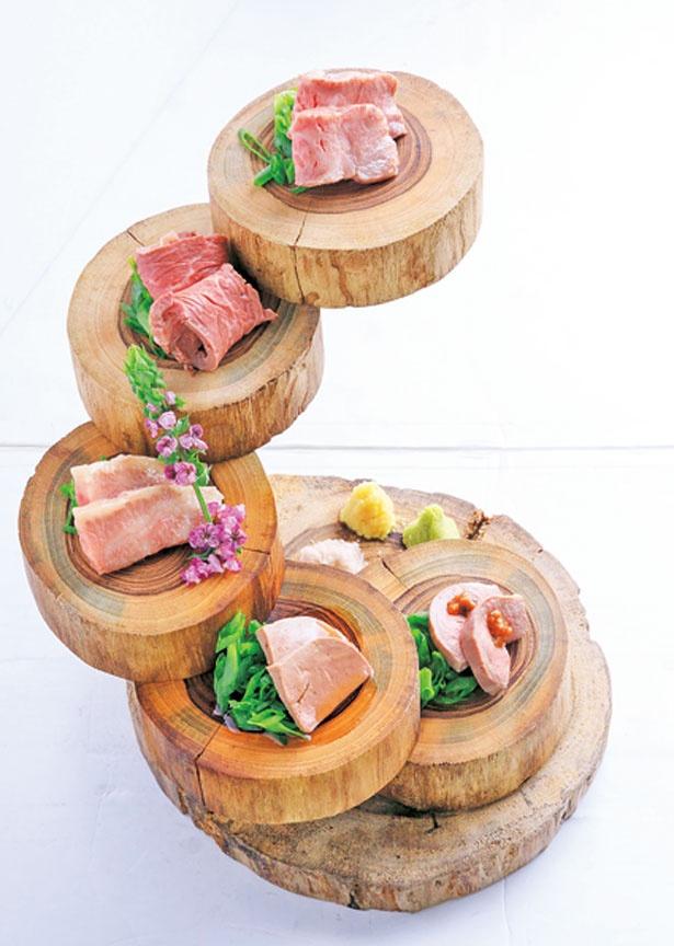 【写真を見る】「牛肉刺し盛り合わせ五種」(1人前890円)※写真は2人前/福島 焼肉寿司