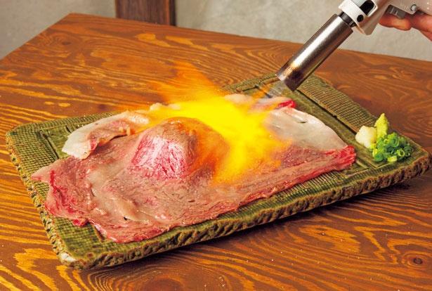 「名物 さしとろ」(880円)は、リブロース肉をバーナーで 豪快に炙る大迫力メニュー!/裏難波 千日前 肉寿司