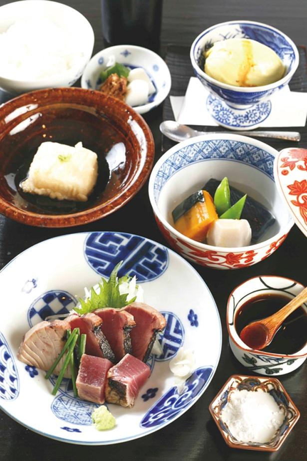 ランチの「カツオのわら焼き膳」(1620円)は、全9品と充実の内容! 自家製揚げ胡麻豆腐やアイスも付いている