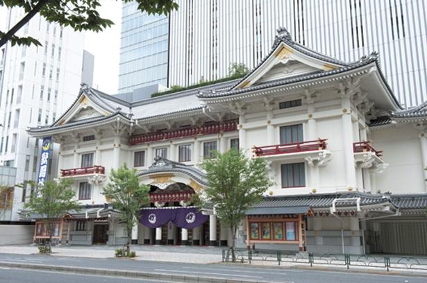 【写真を見る】外国人観光客も多く訪れる歌舞伎座。5Fには無料の屋上庭園がある
