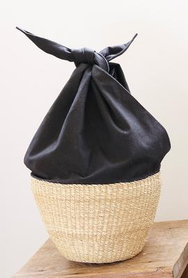 「くらすこと 糸島」で販売する、布とカゴの組み合わせが個性的な「Muun Basket One Handle」(1万5984円)