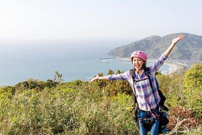 【写真を見る】糸島の山々や海を見下ろす絶景フライト!