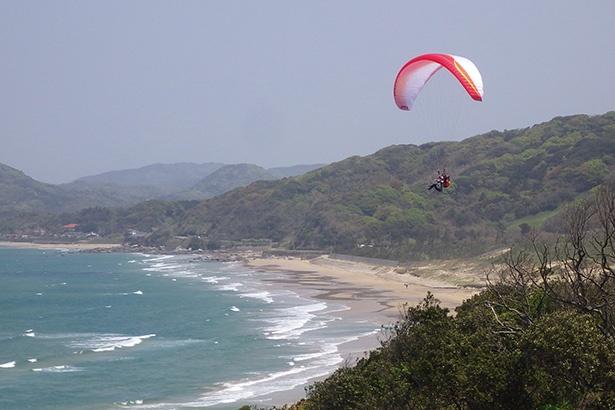 「アクションパラグライダースクール」では、パラグライダーの体験飛行が楽しめる