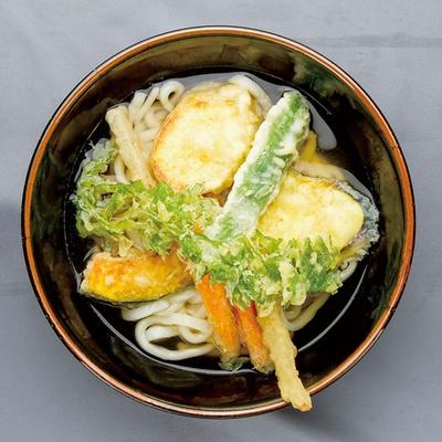 「ひなたうどん2号店」の「野菜うどん」(500円)は、ニンジンやカボチャなど、糸島野菜の天ぷらがたっぷりとのる