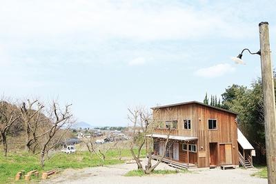 「くらすこと 糸島」は、心地よい風を感じる高台に建つ。福岡の平尾でギャラリーも営業