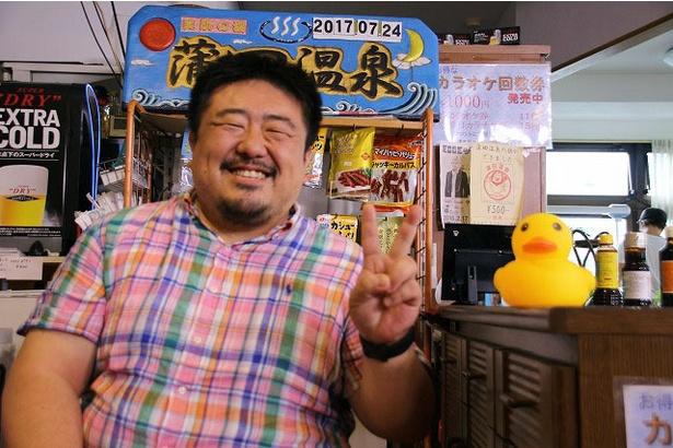 要望に応えていただき、笑顔でピースサイン。第3回の舞台となった蒲田温泉にて