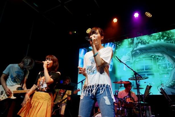アニソンシンガーのYURiKAと大原ゆい子(写真左から)がツーマンライブを開催