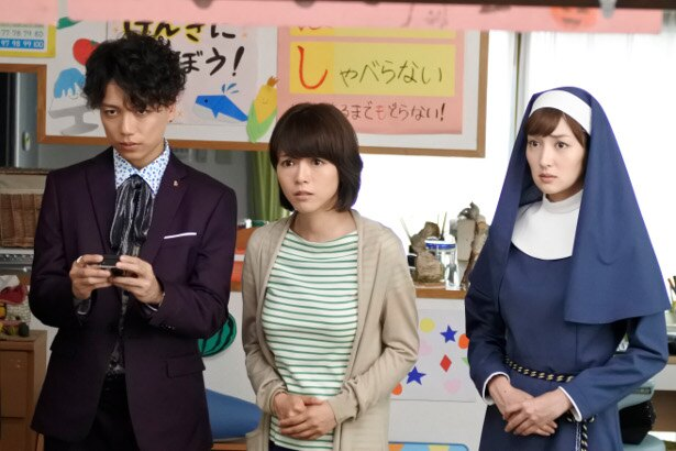 「あいの結婚相談所」にゲスト出演する釈由美子(写真中央)が、山崎育三郎(写真左)&高梨臨(写真右)と共演