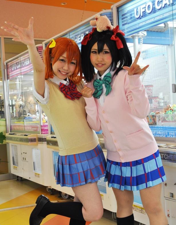 「ラブライブ!」の高坂穂乃果に扮したとまとまきさん(左)と、矢澤にこに扮したつぐさん(右)