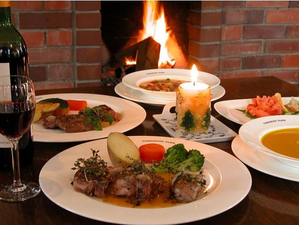様々な羊料理が評判のレストランも。写真手前はラムの香草焼き(2500円)