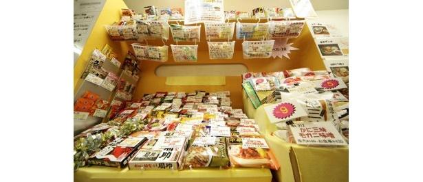 全国各地の袋めんが並ぶ棚。利尻昆布ラーメン300円をはじめとした、北海道内のご当地袋めんも販売している