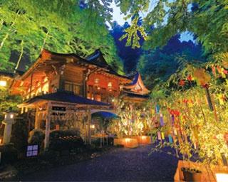 壮大な社殿が光に照らされて幻想的に/貴船神社