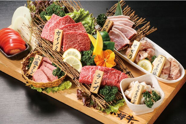 「焼肉 菜好牛(さいこうぎゅう)」の看板メニューの「まな板盛り」(1人前2980円~・注文は2人前~)