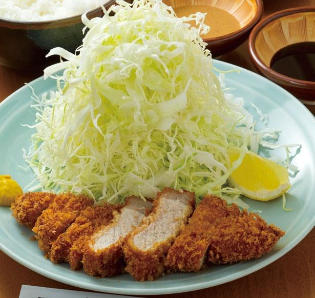 「とんかつ定食」(900円)。しっかり締まったロース肉を旨味のある衣が包み込む/とんかつ太郎
