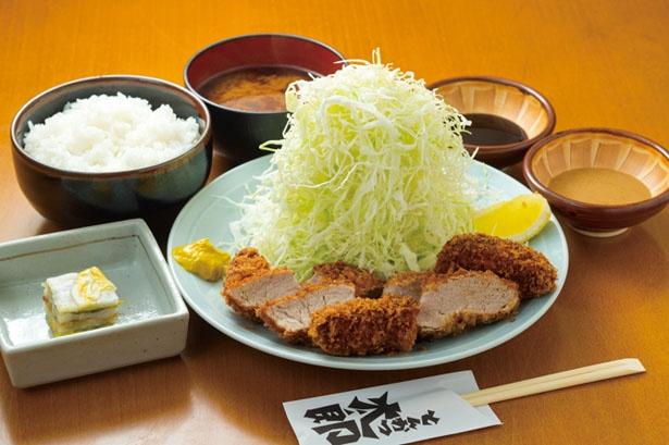 【写真を見る】夜の人気メニューが「ヒレカツ定食」(1800円)/とんかつ太郎