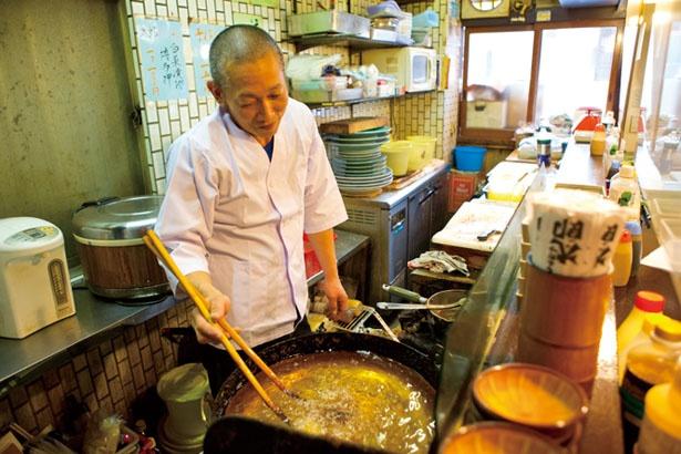 衣に使用するのは中目のパン粉。サラダ油をブレンドした純正ラードで揚げる/とんかつ太郎