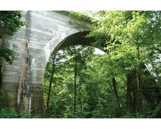 古代ローマ時代の水道橋のようなアーチ橋。実はこれ、ある廃線跡の…