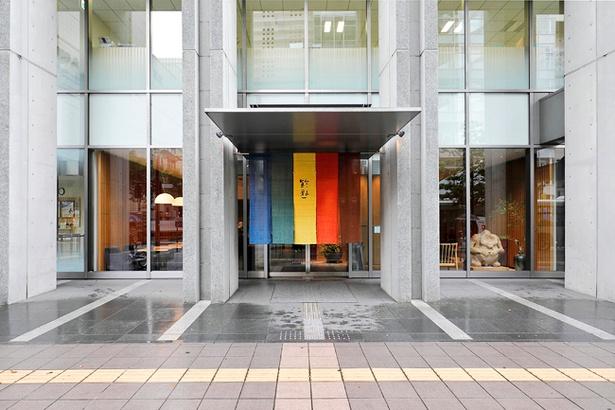 博多リバレイン・博多座の向かい、中洲川端駅すぐそばにある「鈴懸」。五色の暖簾が目印