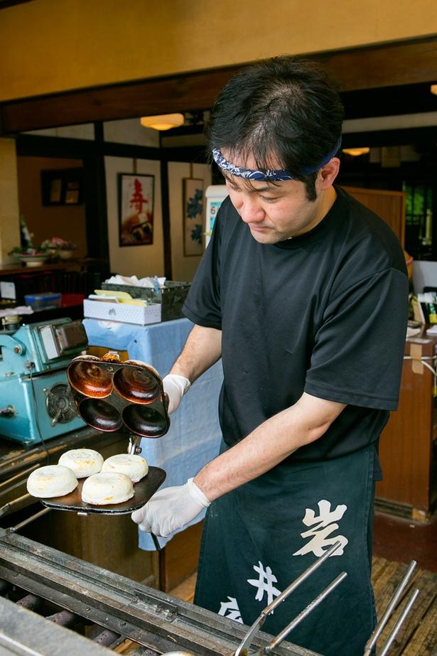 焼き立てのいわい餅を片手に、愛宕神社へ参拝する人も多い