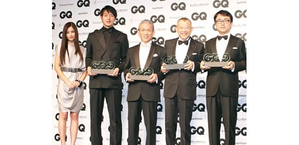 「GQ Men of the Year2009」の授賞式に出席した黒木メイサ、岩隈久志選手、原田泳幸社長、三谷幸喜、笑福亭鶴瓶(左から)