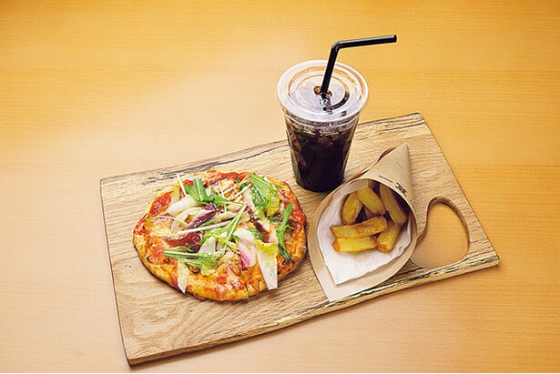 新鮮野菜がのったピザと、水出しアイス珈琲、ポテトの士幌マルゲリータのセット(1200円)