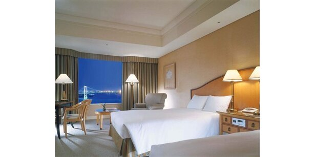 C:ホテルインターコンチネンタル 東京ベイ 宿泊券 (¥50,000相当)。潮風を満喫できるよう開閉可能な出窓タイプの客室スーペリア ベイビュールームは、開放感あふれ東京湾やレインボーブリッジの夜景を見渡せる。同室の宿泊券を1組2名様にプレゼント。宿泊可能な期間は10年2/1(月)〜4/28(水)(金・土・祝前日は除く)の1泊分